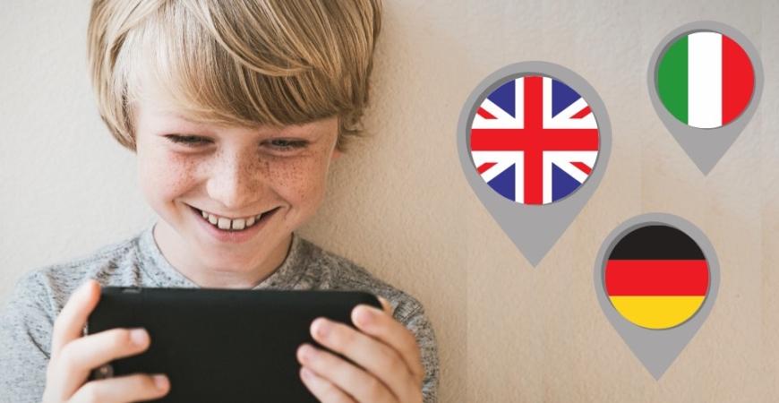 Dziecko korzysta z tableta i uczy sięjęzyków